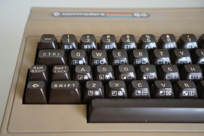 Die Taste an der linken unteren Ecke ist die Commodore-Taste beim C64. (Bild: Miroslav Stimac)