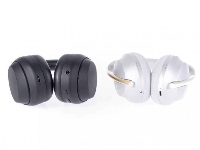 Sonys WH-1000XM4 und daneben Boses Noise Cancelling Headphones 700 (Bild: Martin Wolf/Golem.de)