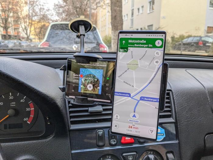 Auf den beiden Displays lassen sich auch verschiedene Apps ausführen - praktisch etwa beim Autofahren. (Bild: Tobias Költzsch/Golem.de)