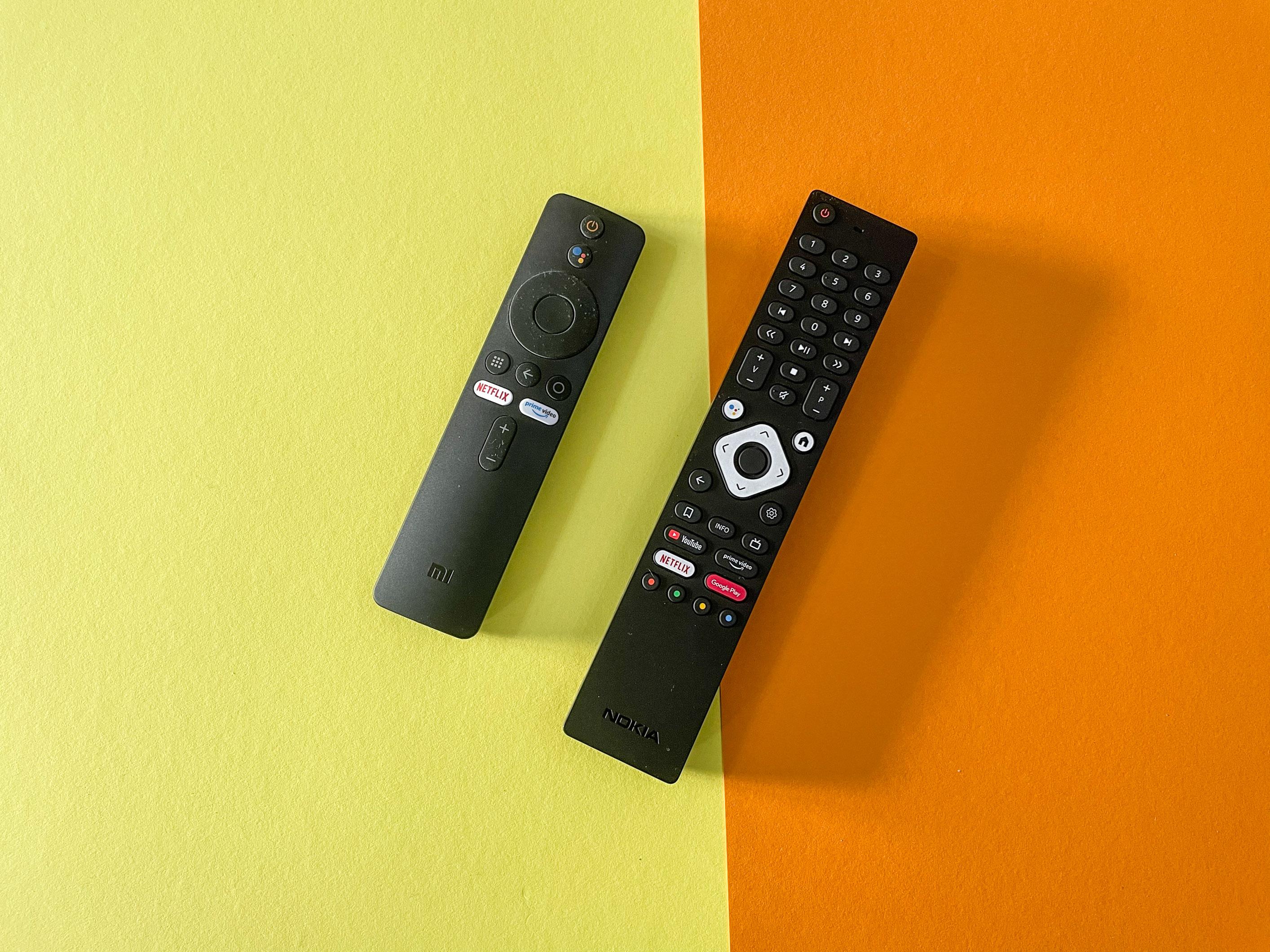 Android-TV-Geräte im Vergleichstest: Nokia-Box begeistert, Xiaomi-Stick enttäuscht - Links die Fernbedienung des Mi TV Stick, rechts daneben die Fernbedienung der Streaming Box 8000 (Bild: Ingo Pakalski/Golem.de)