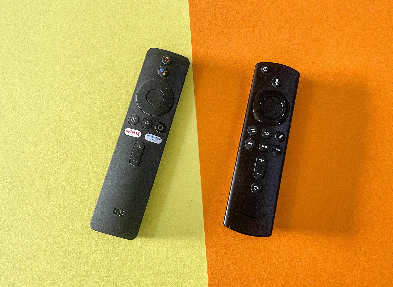Android-TV-Geräte im Vergleichstest: Nokia-Box begeistert, Xiaomi-Stick enttäuscht - Links die Fernbedienung des Mi TV Stick, rechts daneben die Fernbedienung des Fire TV Cube (Bild: Ingo Pakalski/Golem.de)