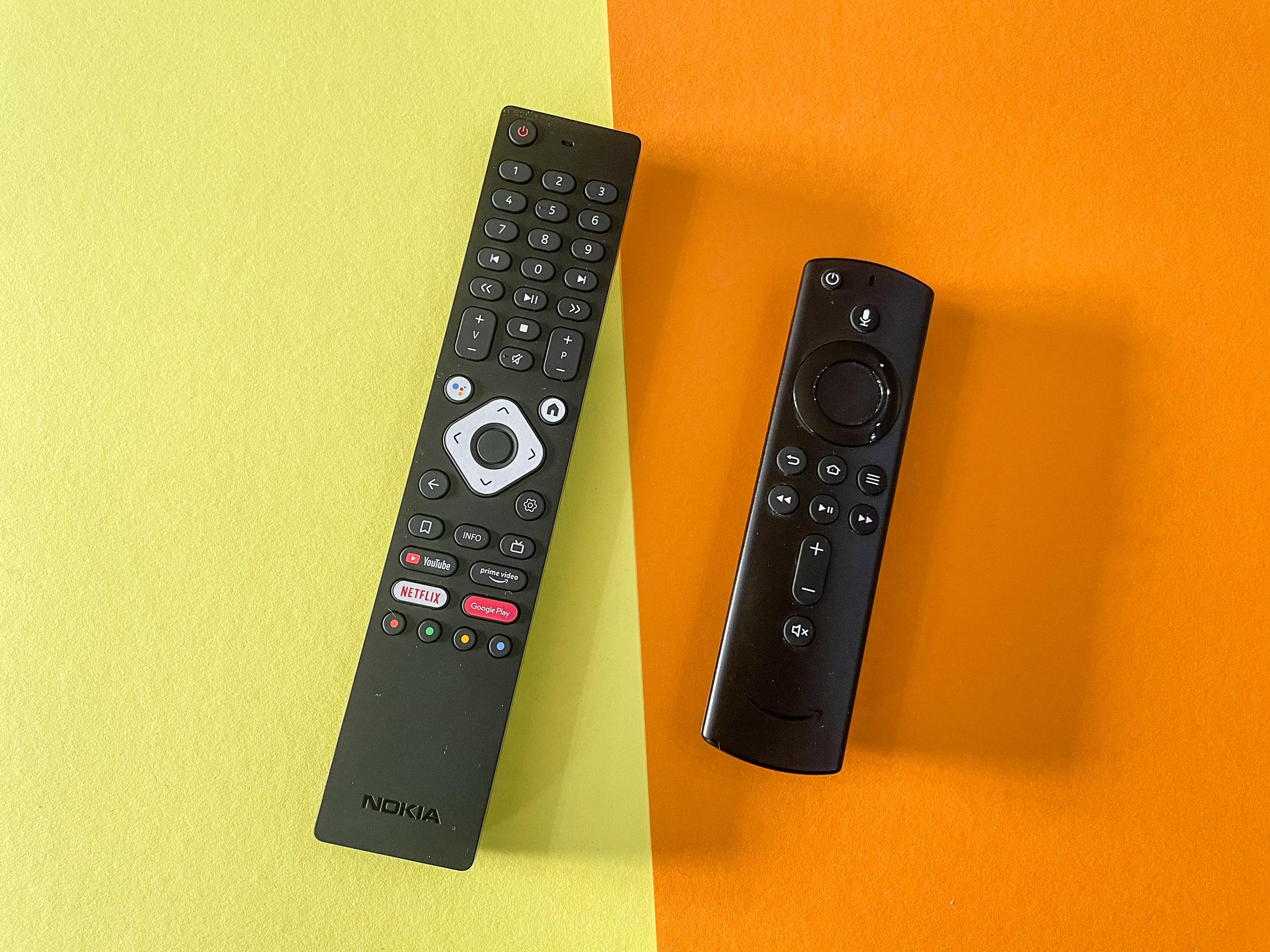 Android-TV-Geräte im Vergleichstest: Nokia-Box begeistert, Xiaomi-Stick enttäuscht - Links die Fernbedienung der Streaming Box 8000, rechts daneben die Fernbedienung des Fire TV Cube (Bild: Ingo Pakalski/Golem.de)