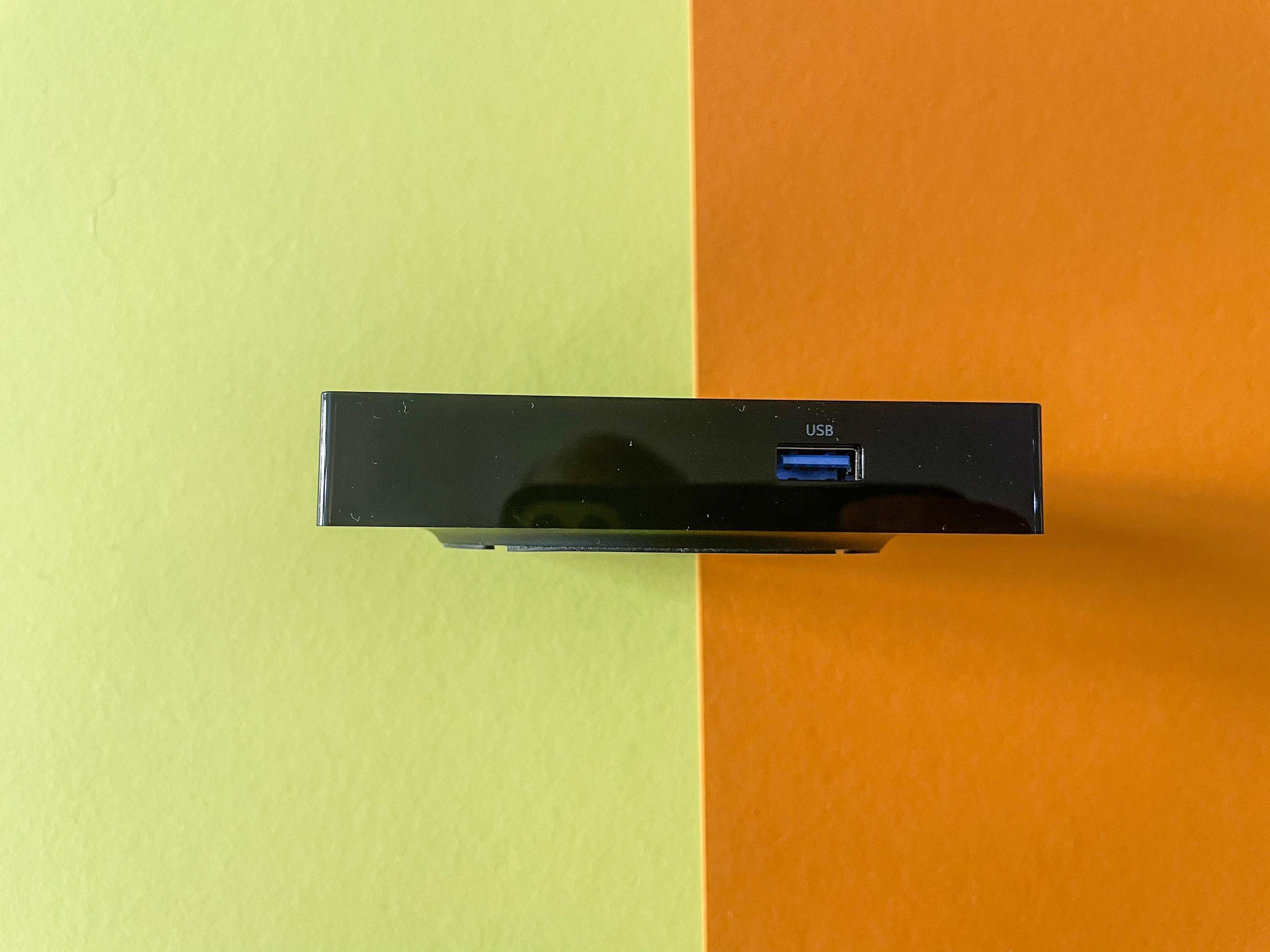 Android-TV-Geräte im Vergleichstest: Nokia-Box begeistert, Xiaomi-Stick enttäuscht - Die USB-Buchse befindet sich an der Seite der Streaiming Box 8000 (Bild: Ingo Pakalski/Golem.de)