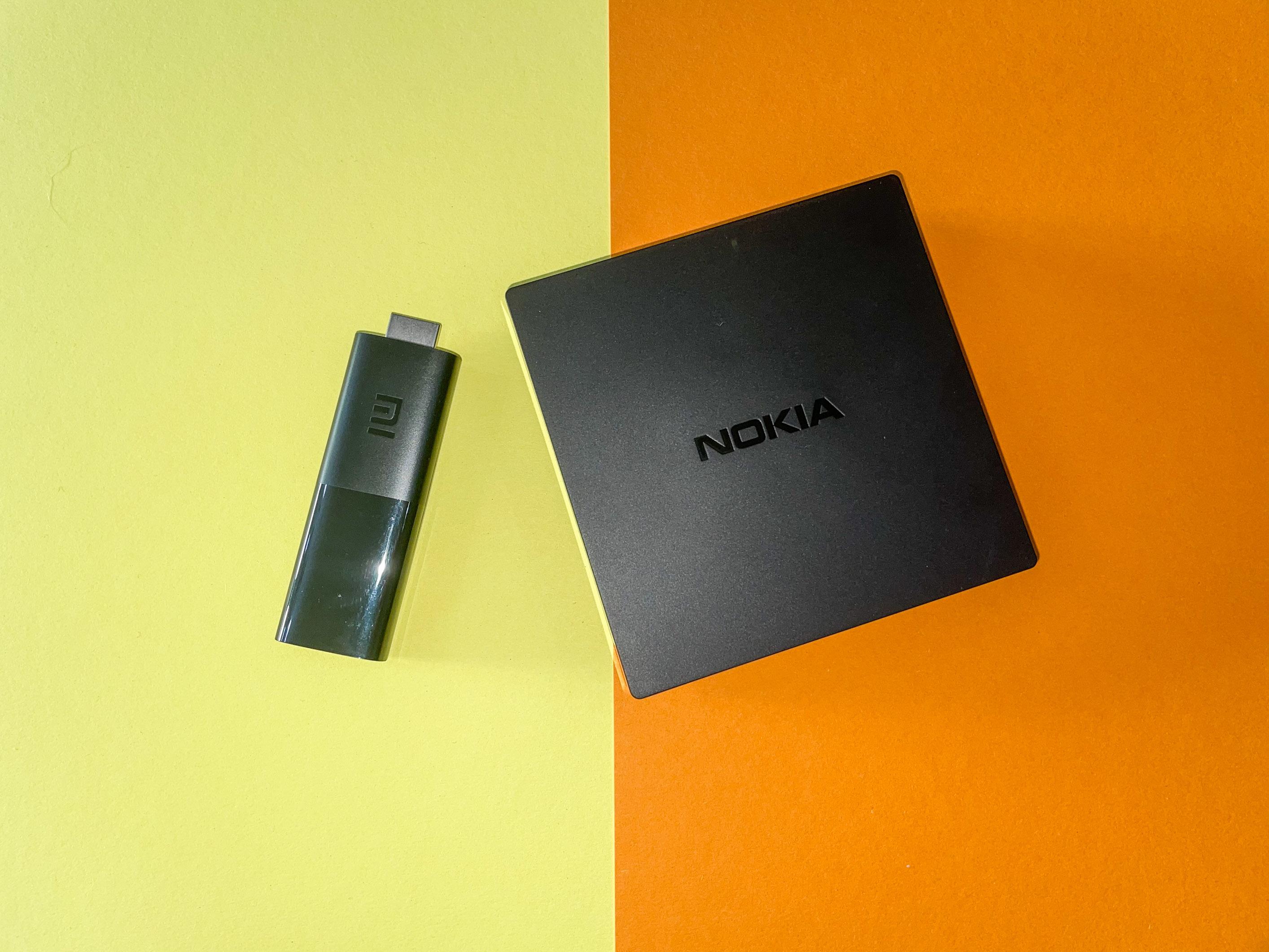 Android-TV-Geräte im Vergleichstest: Nokia-Box begeistert, Xiaomi-Stick enttäuscht - Links der Mi TV Stick von Xiaomi, daneben die Streaming Box 8000 von Nokia (Bild: Ingo Pakalski/Golem.de)
