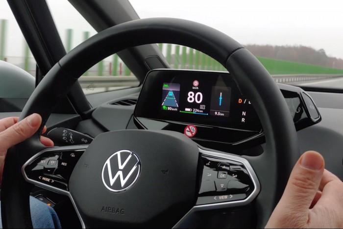 Das Kombiinstrument hinter dem Lenkrad ist zwar schmal, aber dennoch dreigeteilt. (Foto: Martin Wolf/Golem.de)