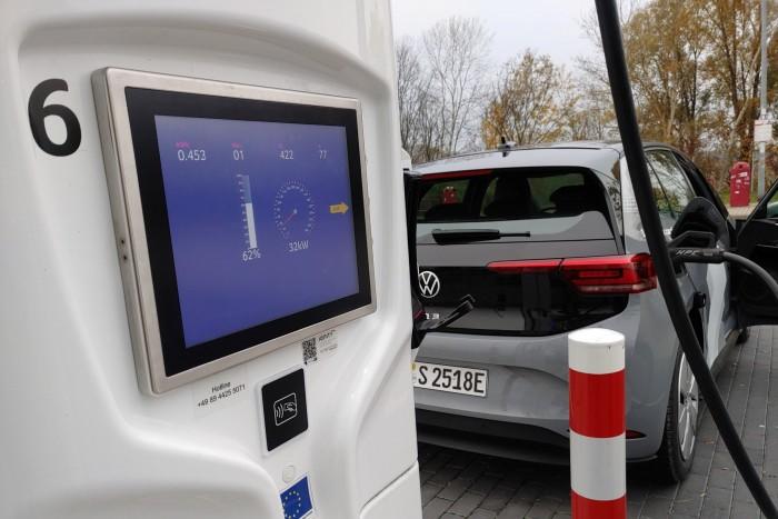 An Schnellladesäulen lädt der ID.3 mit bis zu 100 kW. (Foto: Martin Wolf/Golem.de)