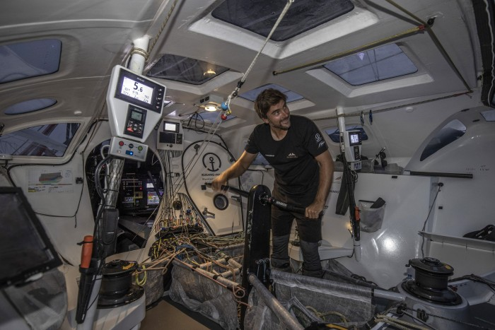 Der Autopilot steuert zwar, aber die Segel muss Herrmann selbst trimmen. (Bild: Andreas Lindlahr/Malizia)