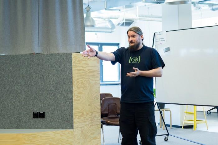 Roland Golla hat einen Weg aus dem Burnout gefunden, jetzt hilft er auch anderen dabei. (Bild: Roland Golla/Never Code Alone)