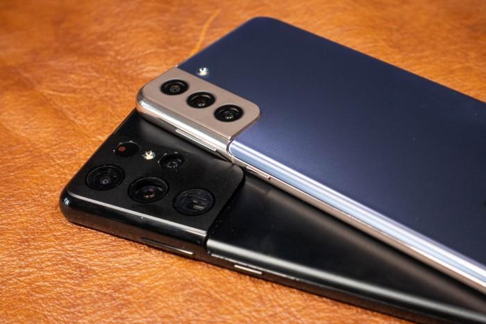 Das Galaxy S21 Ultra ist nicht nur größer als die beiden anderen Modelle, es ist auch merklich dicker und wiegt mehr. (Bild: Tobias Költzsch/Golem.de)