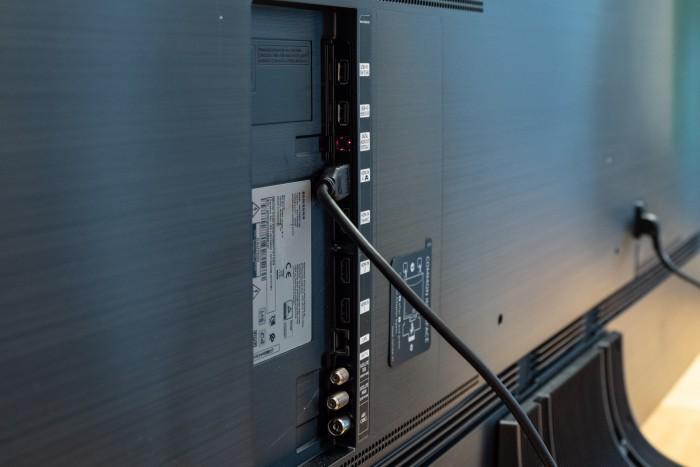 Nur einer der vier HDMI-Ports ist als HDMI 2.1 spezifiziert. (Bild: Martin Wolf/Golem.de)