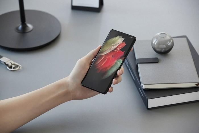 Das Galaxy S21 Ultra hat einen 6,8 Zoll großen Bildschirm und ist damit das größte Modell der neuen S21-Reihe. (Bild: Samsung)