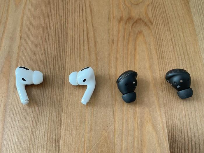 Links die Airpods Pro von Apple, rechts die Galaxy Buds Pro (Bild: Ingo Pakalski/Golem.de)