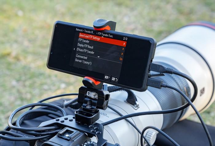 Das Xperia Pro soll sich besonders gut mit einer Sony-Alpha-Kamera verwenden lassen. (Bild: Sony)