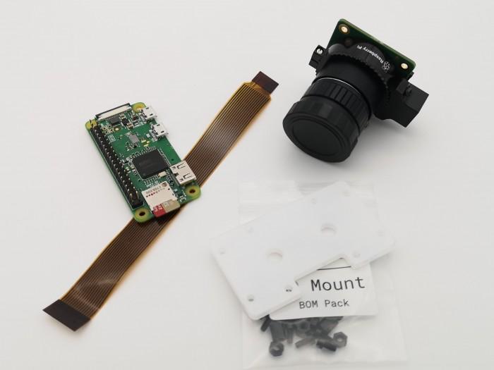 Die Bauteile für die Webcam: Pi Zero, HQ Cam, Adapterkabel und HQ Mount (Bild: Dirk Koller)