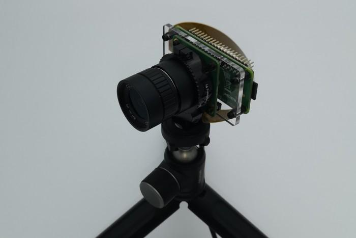 Die montierte Kamera mit Pi und Montageplatte auf einem Ministativ (Bild: Dirk Koller)