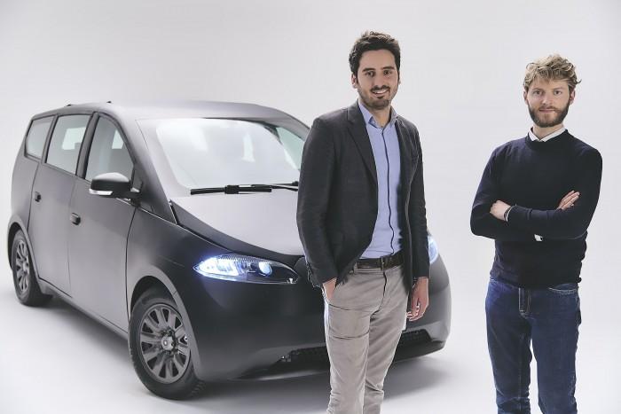Die beiden Gründer Laurin Hahn (l.) und Jona Christians mit dem neuen Sion (Bild: Sono Motors)