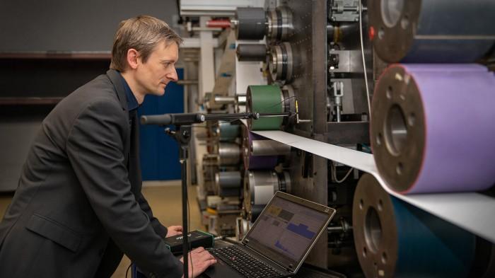Das Team um Georg Schmidt hat ein Rolle-zu-Rolle-Druckverfahren für das T-Paper entwickelt. (Bild: Jacob Müller/TU Chemnitz)