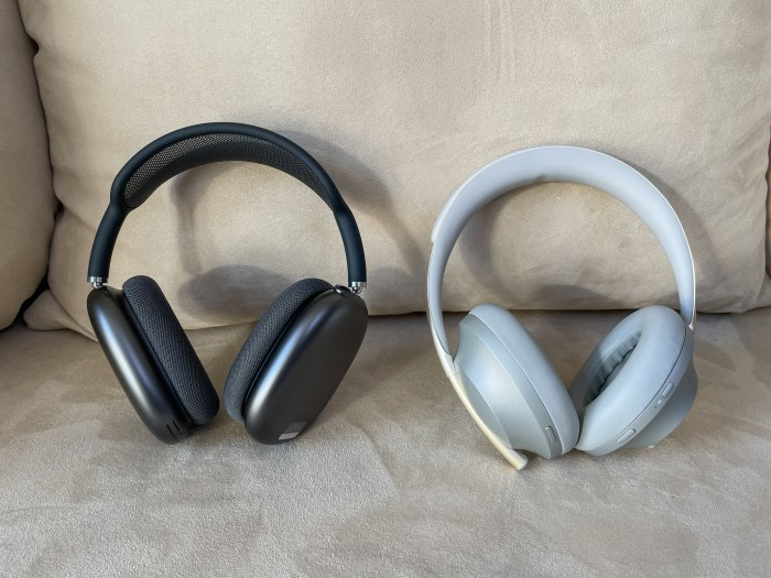 Links Airpods Max, rechts Boses Noise Cancelling Headphones 700 (Bild: Ingo Pakalski/Golem.de)