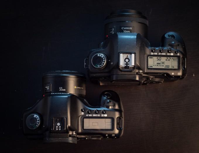 Die neuere 5D Mark II (oben) hat ein geringfügig geändertes Layout und drei frei belegbare Modi statt einem auf dem Moduswahlrad. (Bild: Martin Wolf / Golem.de)