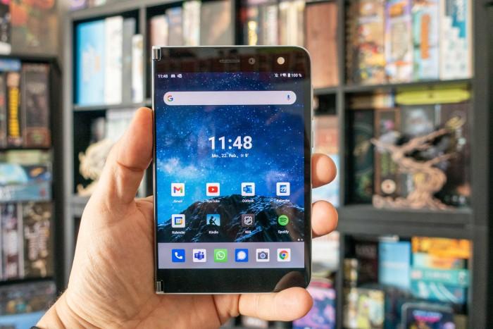 Komplett aufgeklappt kann das Surface Duo wie ein herkömmliches Smartphone verwendet werden. (Bild: Tobias Költzsch/Golem.de)