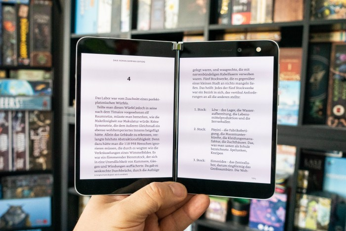 Apps lassen sich im Tablet-Modus auch auf beiden Displays gleichzeitig verwenden - beim Kindle-Reader geht das sehr gut. (Bild: Tobias Költzsch/Golem.de)