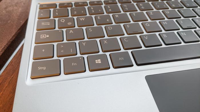 Gute Kombination aus Tastatur und Trackpad (Bild: Oliver Nickel/Golem.de)