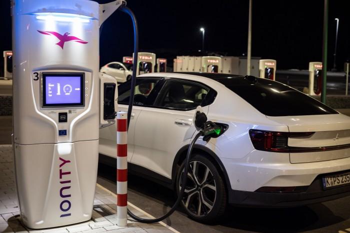 Der Polestar am Ionity-Lader. Das Auto lädt mit bis zu 150 kW. (Bild: Werner Pluta/Golem.de)