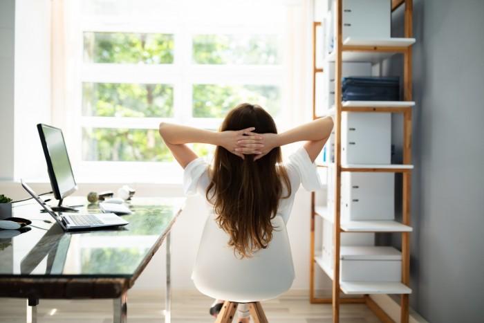 Mit einem aufgeräumten Schreibtisch kann man sich besser auf die Arbeit konzentrieren (Bild: istock.com)