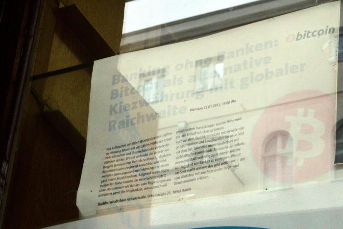 Ein verblichener Flyer in einem Kiosk im Bitcoin-Kiez macht noch Werbung für die Kryptowährung. (Bild: Jörg Thoma)