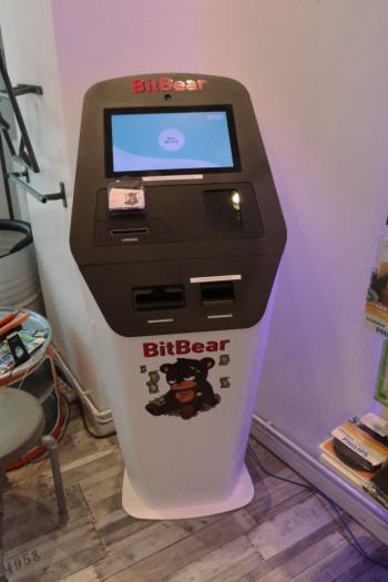 Ein Bitcoin-Automat lädt zum Kauf der Kryptowährung ein. Er funktionierte allerdings nicht. (Bild: Jörg Thoma)