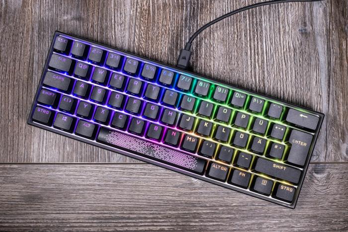 Die K65 RGB Mini von Corsair ist eine klassische 60-Prozent-Tastatur. (Bild: Tobias Költzsch/Golem.de)