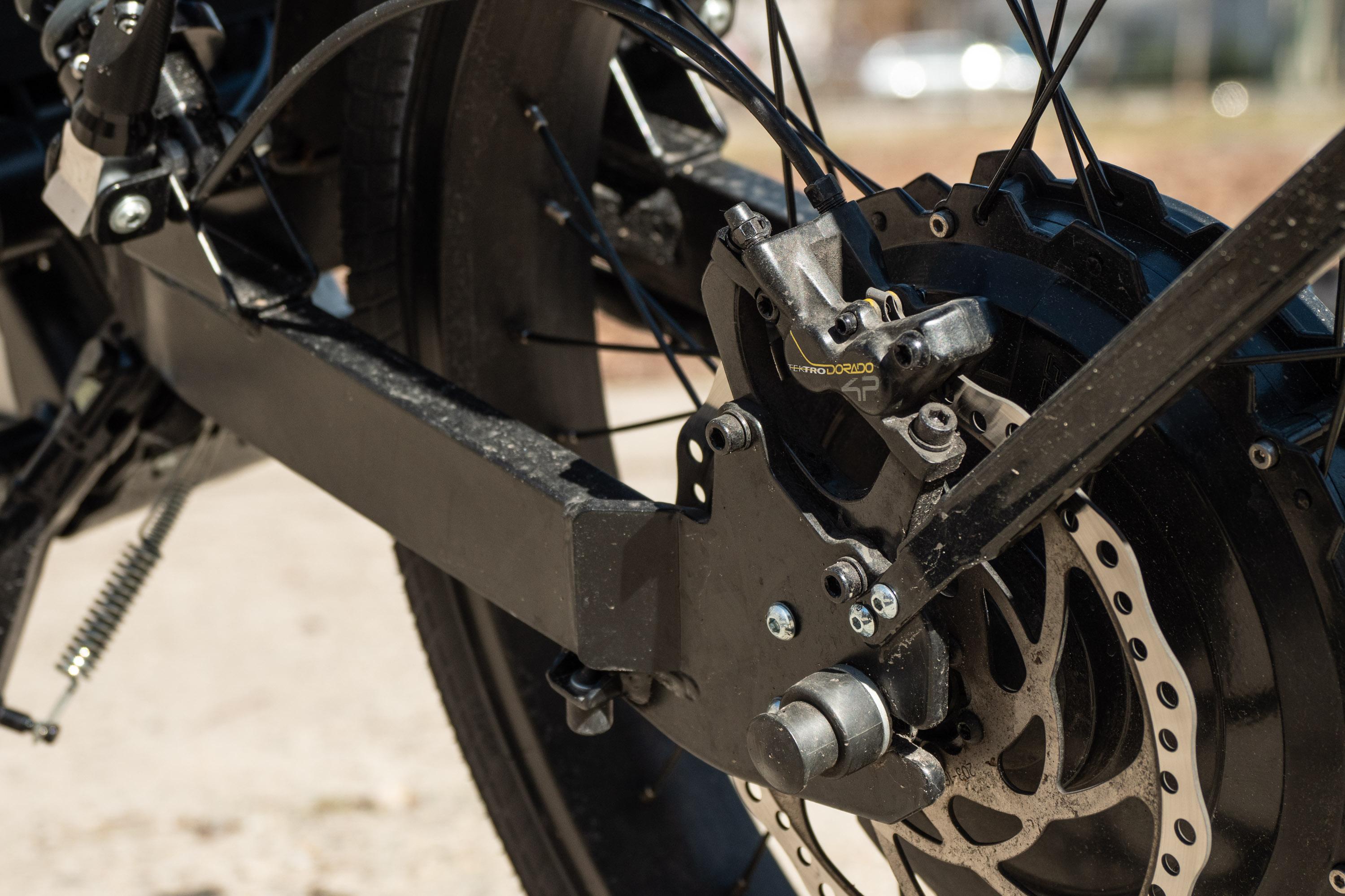 Govecs Elmoto Loop im Test: Enduro-Look statt Schwalben-Nostalgie - Der Motor hat eine Leistung von maximal 2.000 Watt. (Bild: Martin Wolf/Golem.de)