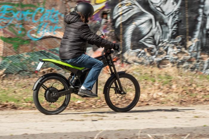 Das Fahrgefühl auf dem Elmoto Loop ist sehr gut: Aufgrund des geringen Gewichts lässt sich das Moped leicht steuern. (Bild: Martin Wolf/Golem.de)