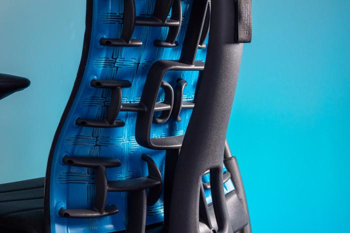 Kunststoffarme machen die Rückenlehne flexibel. (Bild: Martin Wolf/Golem.de)