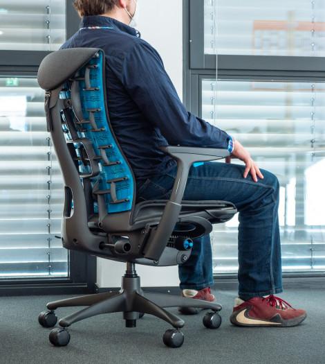 Die Rückenlehne passt sich der sitzenden Person an. (Bild: Martin Wolf/Golem.de)