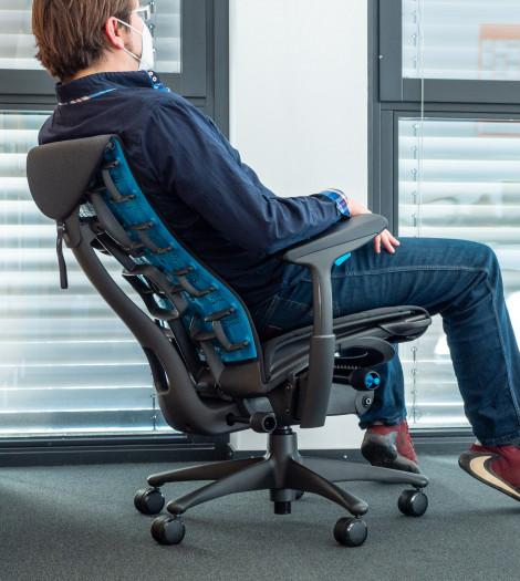 Wir können den Stuhl auch weit nach hinten kippen. (Bild: Martin Wolf/Golem.de)