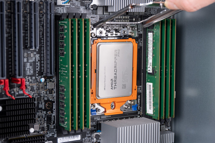 Der Threadripper Pro 3995WX nutzt 64 CPU-Kerne. (Bild: Martin Wolf/Golem.de)
