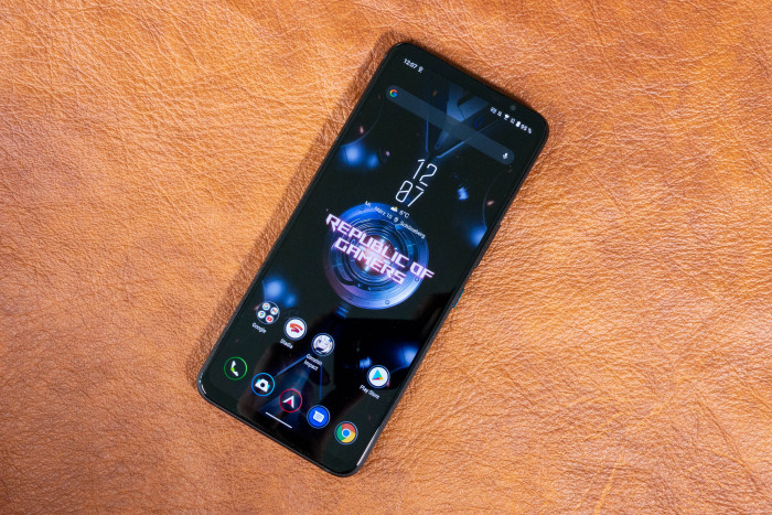 Das ROG Phone 5 von Asus hat einen 6,78 Zoll großen Bildschirm. (Bild: Tobias Költzsch/Golem.de)