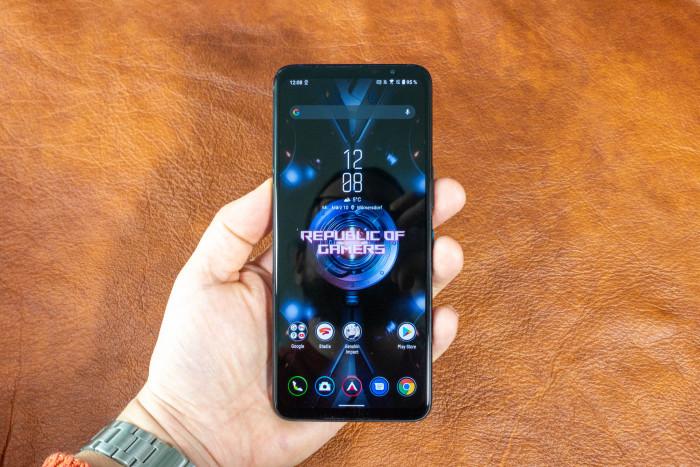 Das ROG Phone 5 ist recht groß und vor allem schwer. (Bild: Tobias Költzsch/Golem.de)