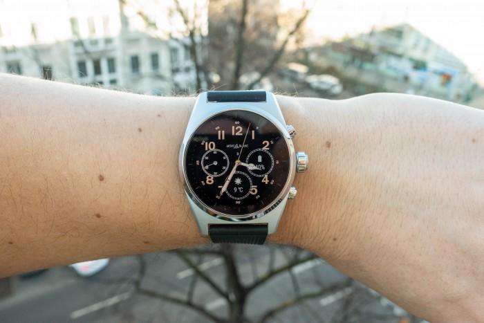 Die Uhr hat drei Bedienknöpfe und eine drehbare Lünette. (Bild: Tobias Költzsch/Golem.de)