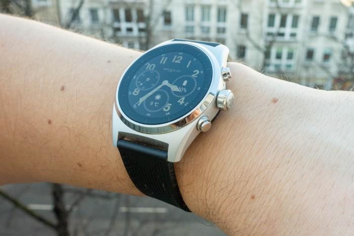 Die Uhr trägt sich auch dank des Kautschuk-Armbandes sehr angenehm. (Bild: Tobias Költzsch/Golem.de)