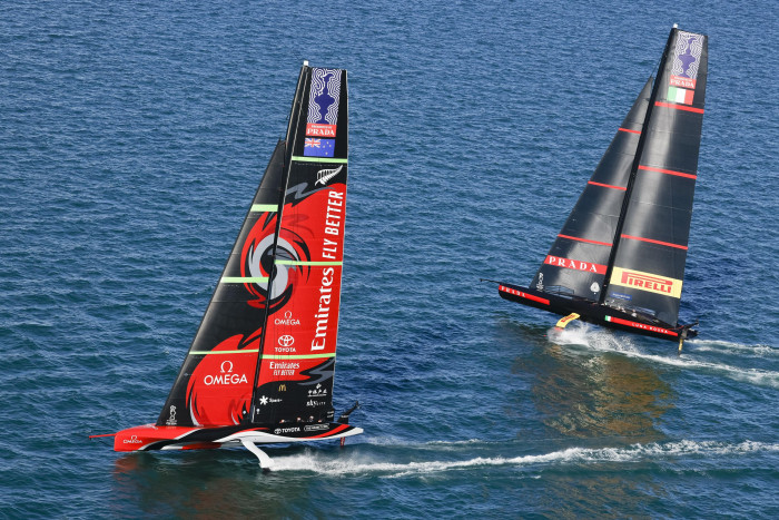 Emirates Team New Zealand (l)  gegen Luna Rossa Prada Pirelli beim 36. America's Cup vor Neuseeland (Bild: ACE/Studio Borlenghi)