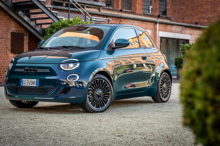 Der vollelektrische Fiat 500 ist mit einem Einstiegspreis von 23.560 Euro (vor Abzug der Kaufprämie) erhältlich. (Foto: Fiat)