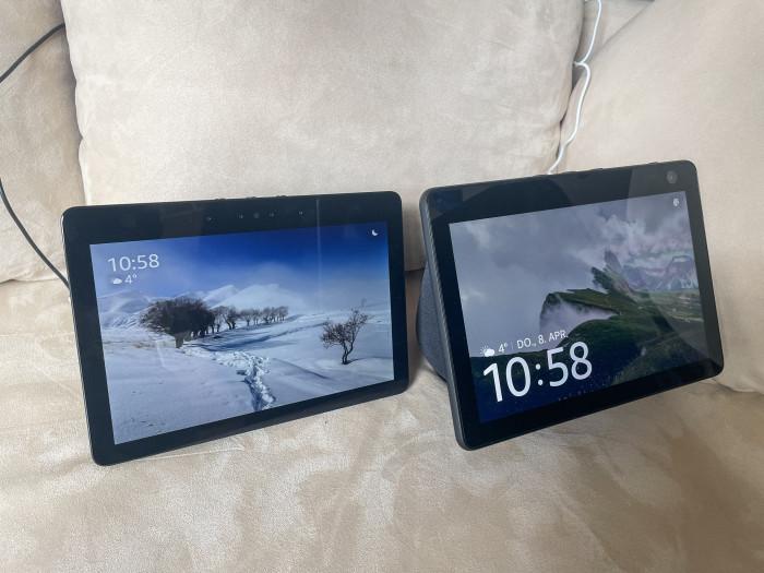 Links der alte Echo Show 10, rechts daneben der neue Echo Show 10 (Bild: Ingo Pakalski/Golem.de)
