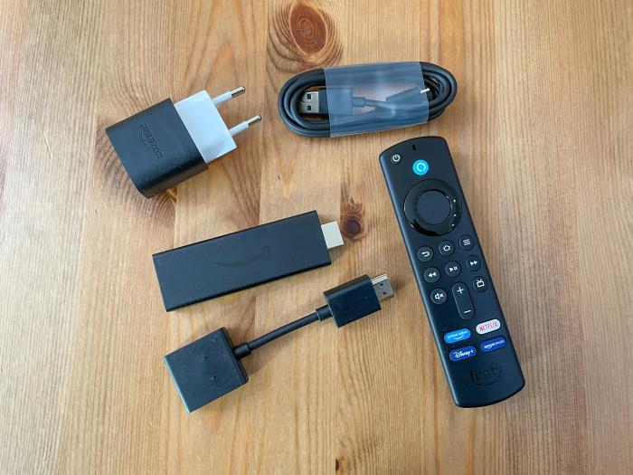 Lieferumfang des Fire TV Stick: Netzteil, Kabel, Fernbedienung und HDMI-Verlängerung (Bild: Ingo Pakalski/Golem.de)