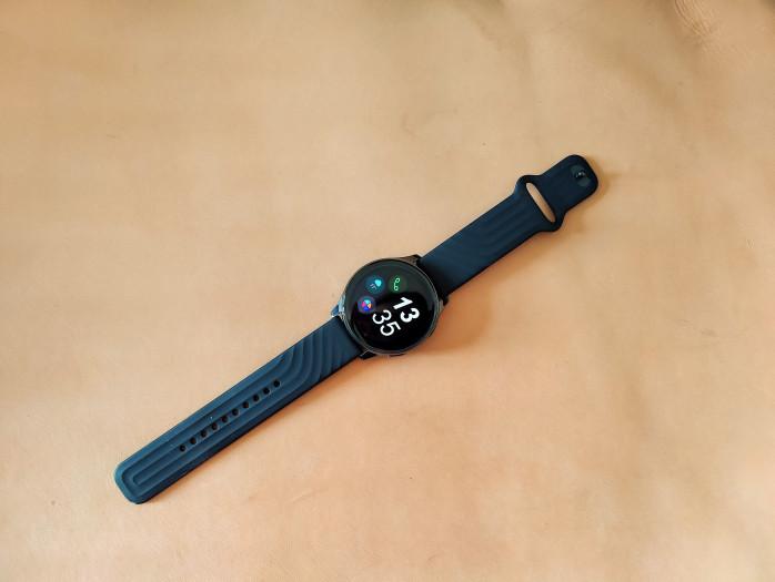 Die Oneplus Watch ist 46 mm breit und hat ein rundes 1,39-Zoll-Display. (Bild: Tobias Költzsch/Golem.de)