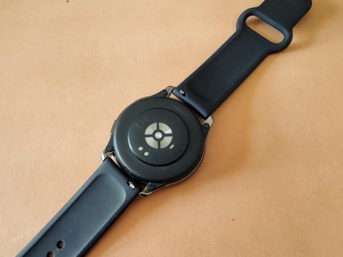 Auf der Rückseite ist ein Pulsmesser eingebaut. Auch der Blutsauerstoffgehalt lässt sich mit der Oneplus Watch messen. (Bild: Tobias Költzsch/Golem.de)