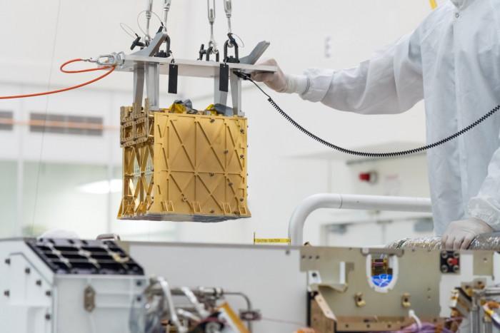 Moxie beim Einbau in den Rover Perseverance (Bild: Nasa/JPL-Caltech)