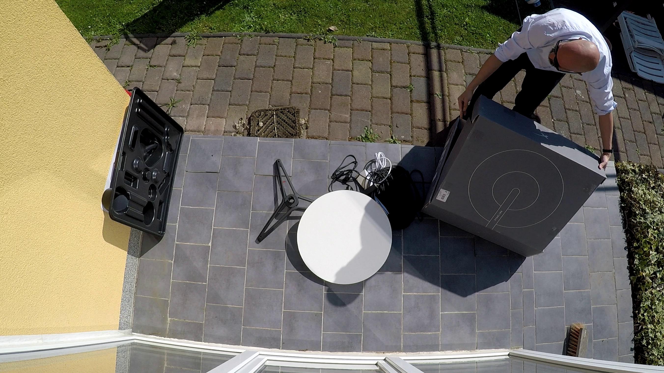SpaceX-Internet im ersten Test: Starlink in 15 Minuten - Auspacken auf der Terrasse: das Paket wiegt rund 14 kg und es ist nicht viel drin. (Bild: Martin Wolf / Golem.de)