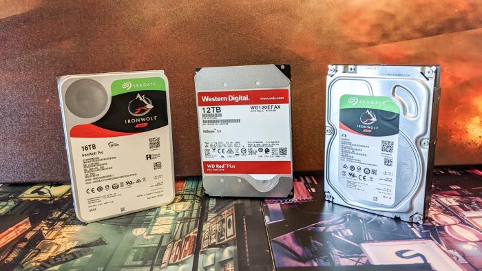 Die drei NAS-Festplatten passen in gewöhnliche 3,5-Zoll-Schächte. (Bild: Oliver Nickel/Golem.de)